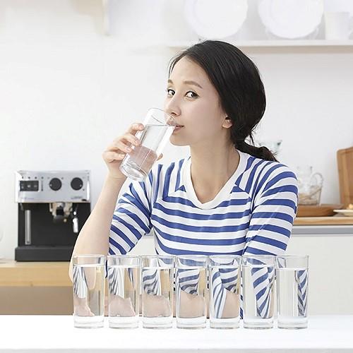 Uống đủ nước sẽ giúp họng luôn đủ độ ẩm, từ đó tránh được những kích thích vùng hầu họng gây ho