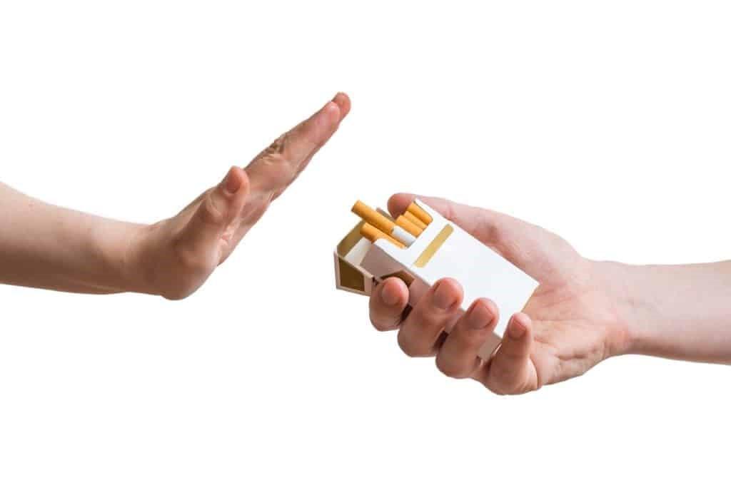 Hút thuốc lá là nguy cơ tiềm ẩn gây ho mạn tính khi về già