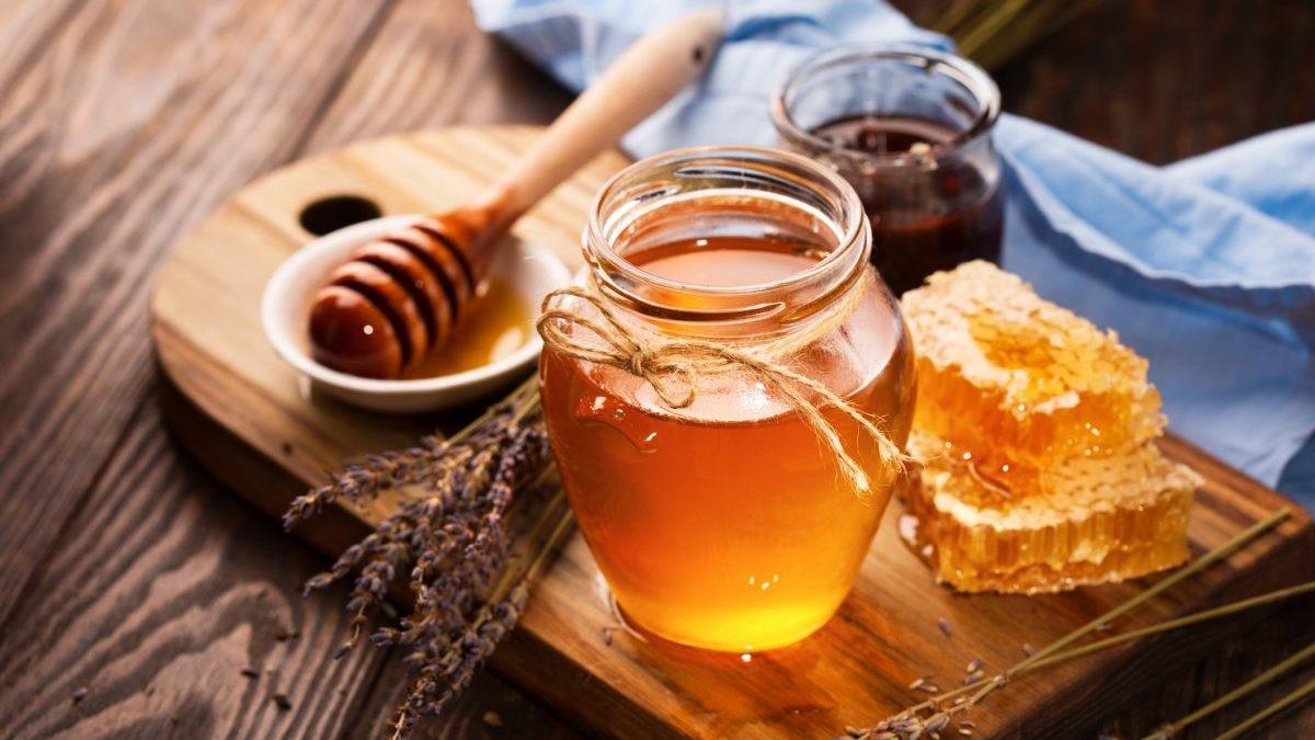 Mật ong là liệu pháp tự nhiên an toàn thích hợp sử dụng cho cả người lớn và trẻ em để trị ho ngứa cổ họng