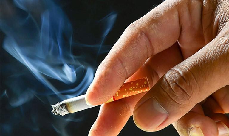 Hút thuốc lá khiến bác Hùng bị ho và ngứa cổ họng kéo dài