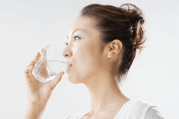 Súc miệng nước muối giúp làm dịu họng và diệt khuẩn hiệu quả