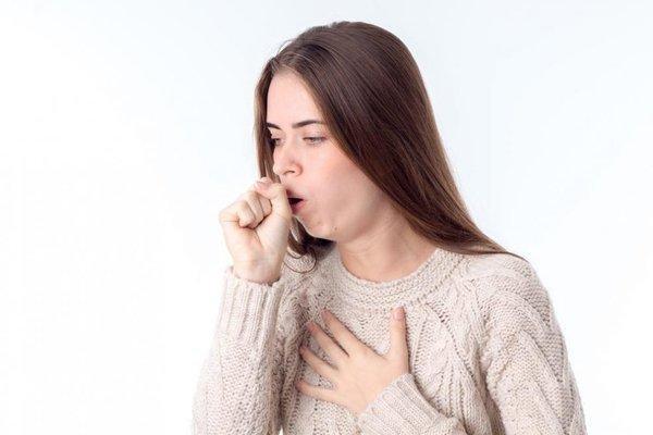Ho ngứa cổ họng bắt nguồn từ nguyên nhân bên trong hoặc bên ngoài cơ thể