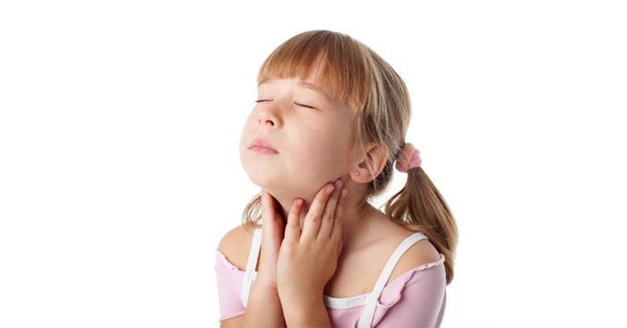 Đờm nhiều trong cổ họng khiến trẻ bị vướng họng và hô hấp khó khăn