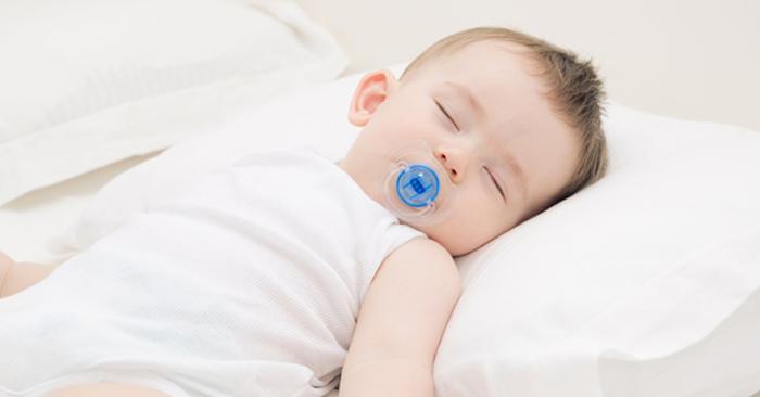 Mẹ nên kê cao gối cho bé khi ngủ