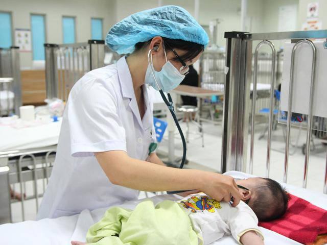 Bố mẹ cần theo dõi biểu hiện của bé để có biện pháp đưa đi bác sĩ kiểm tra