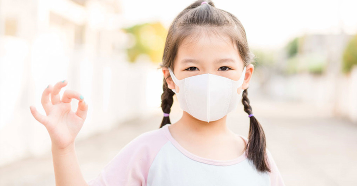 Cho bé đeo khẩu trang khi đi ra ngoài để bảo vệ hệ hô hấp của bé