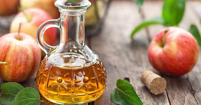 Pha loãng 1 – 2 thìa giấm táo với 1 ly nước ấm để súc miệng