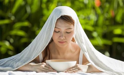 Xông hơi có tác dụng kích thích niêm mạch máu ở mũi, giúp làm ẩm và ấm đường thở